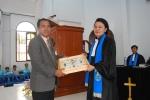 Penyerahan cindra mata dari Pdt Dorkas ke ketua Panitia Pembangunan