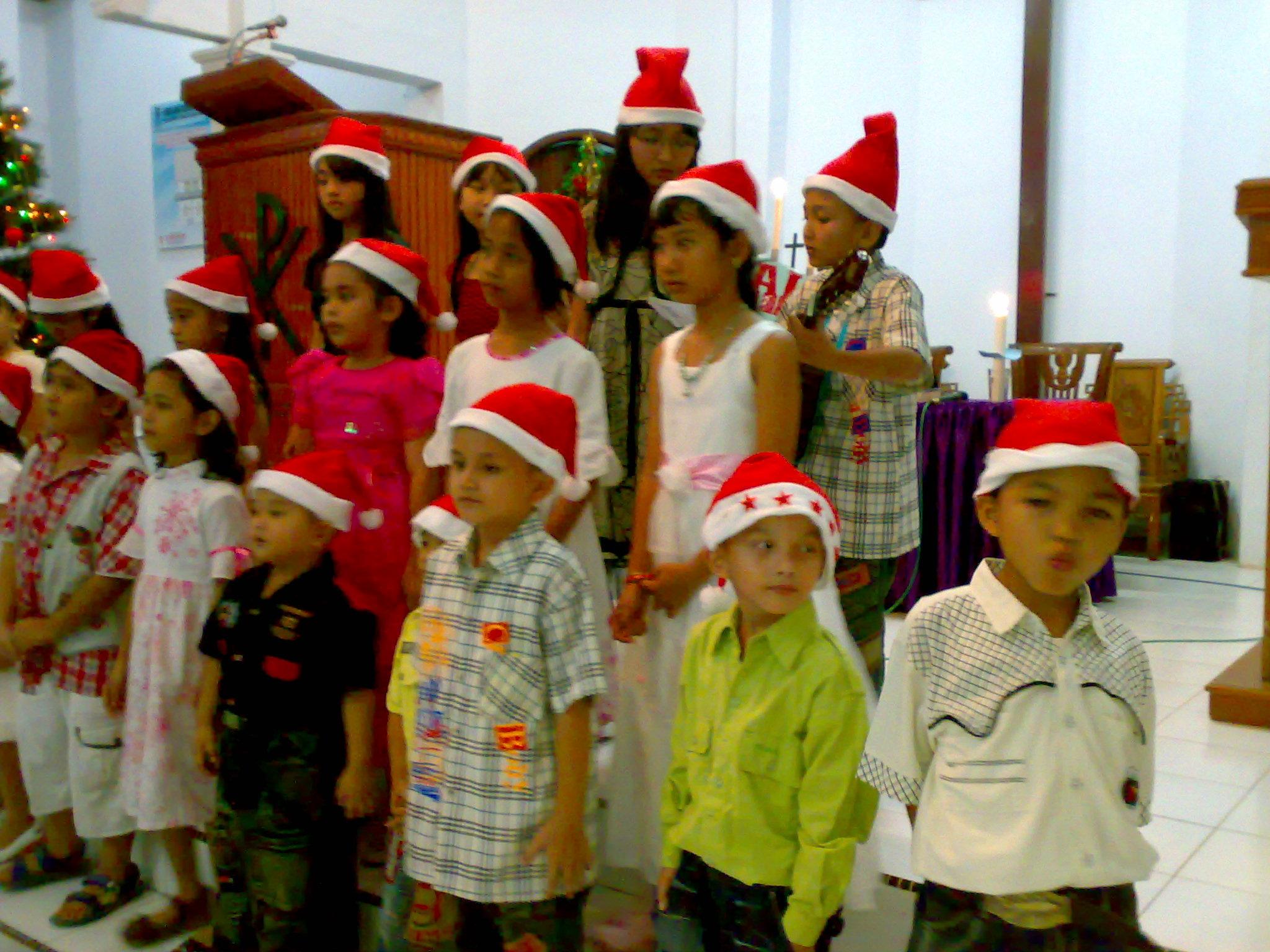 drama oleh anak-anak sekolah minggu dan remaja dan juga koor pemuda