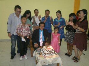 Pemotongan kue ulang tahun ke 70 Pdt.(Em) B. Gulo, STh